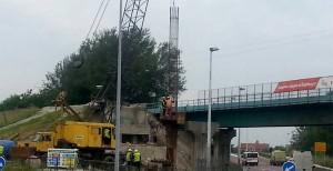 Радови на реконструкцији надвожњака преко Зрењанинског пута, на шестом километру од Панчевачког моста, који су отпочели 6. маја 2016. године одвијају се предвиђеном динамиком.