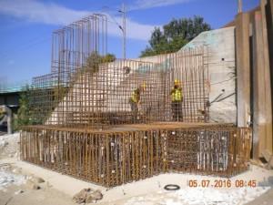Тачно два месеца од почетка радова на реконструкцији два надвожњака преко Зрењанинског пута, недалеко од Панчевачког моста, напредују предвиђеном динамиком.